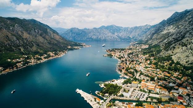 Вид на старый город котора с горы ловчен в которе, черногория. котор - часть мира юнеско.