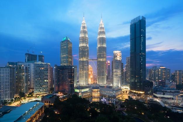 Взгляд горизонта города куалаа-лумпур во время здания небоскребов просмотра восхода солнца и в малайзии.