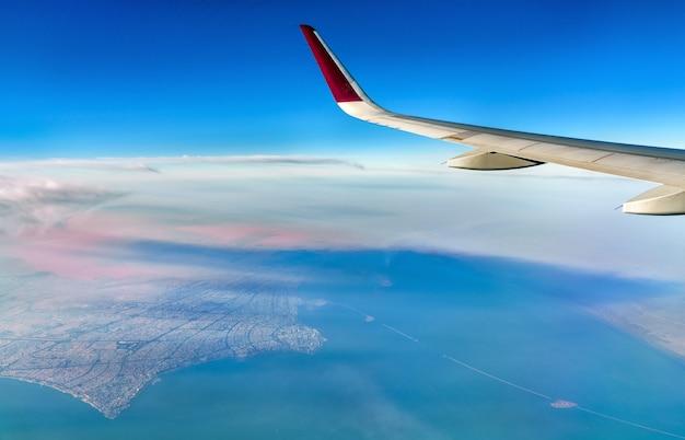 飛行機からのクウェートの眺め。ペルシャ湾