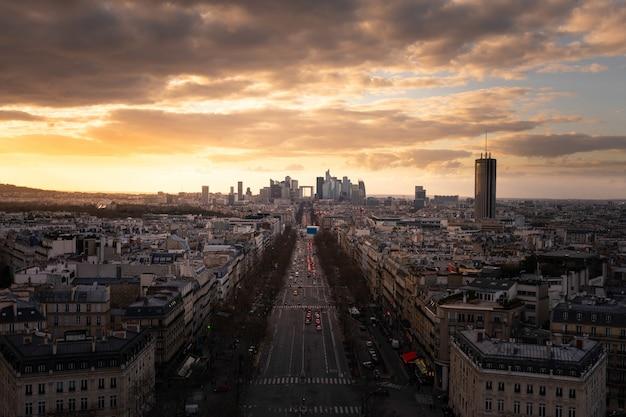 フランス、パリの凱旋門(凱旋門)の上部の屋根から見たラデファンスの金融街とグランデアルメ通りの眺め。
