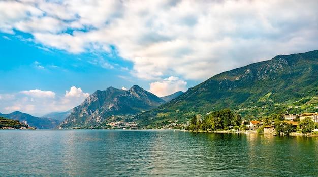 Вид на озеро изео в ломбардии, италия