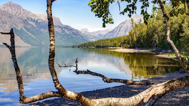 モンタナ州のマクドナルド湖の眺め