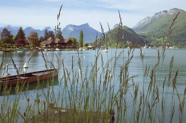 フランスアルプスのアヌシー湖の眺め