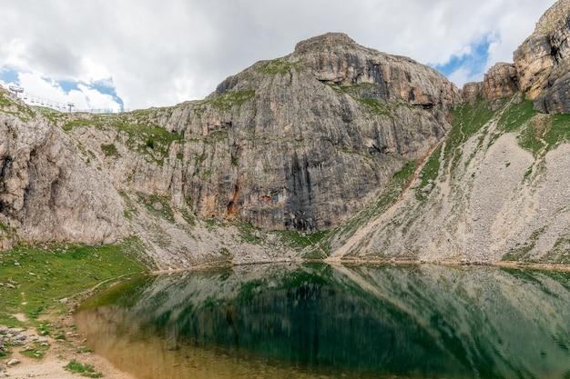アルタバディアのイタリアのドロミテ山脈にある小さな高山湖、ボー湖の眺め