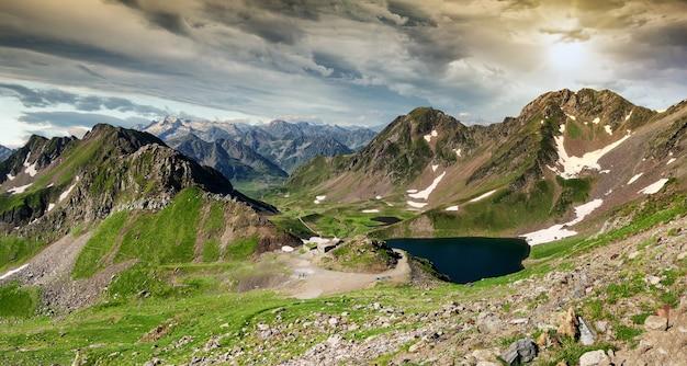 フランスの山々のピレネー山脈にあるワンセット湖の眺め