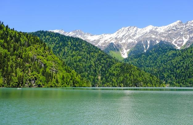 雪をかぶった山を背景に、春にアブハジアのリッサ湖(リザ)のビュー