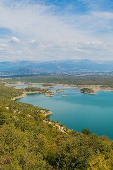 高所からのシュコダル湖の眺め。モンテネグロの晴れた日のマウントからのカラフルな風景