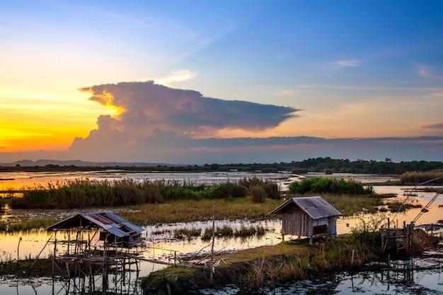 Вид на пейзаж и реку и закат или восход
