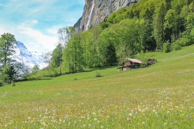スイスのlauterbrunnen村のアルプスの景観