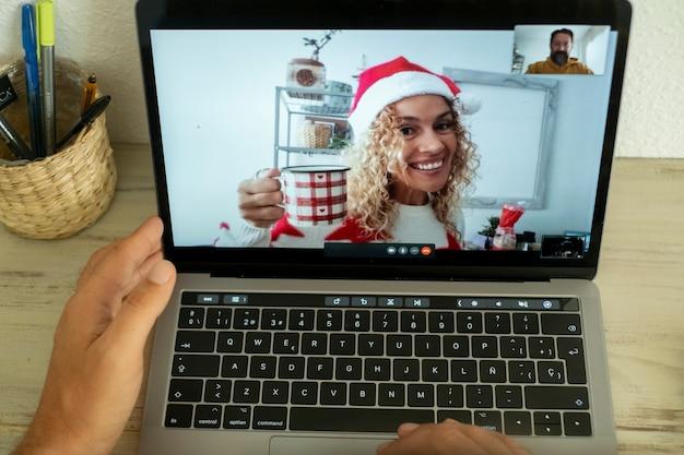 男性と幸せな大人の女性の間のビデオ通話会議でのラップトップディスプレイのビュー