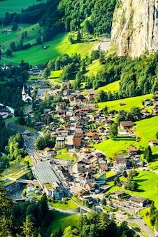 스위스 알프스의 벵겐에서 바라본 라우터 브루 넨의 전망