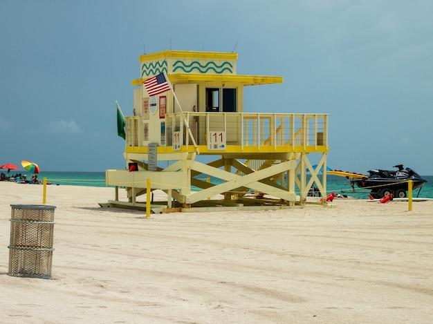 フロリダ州マイアミビーチのライフガードポストのビュー。