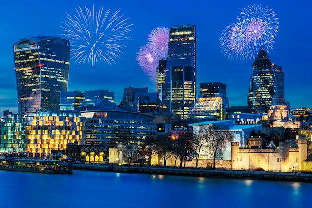 夜のロンドンのスカイラインの眺め