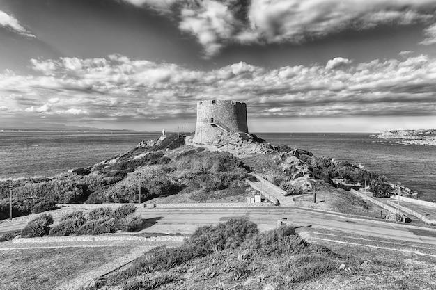 Вид на башню лонгонсардо или испанскую башню, культовую достопримечательность санта-тереза-галлура.