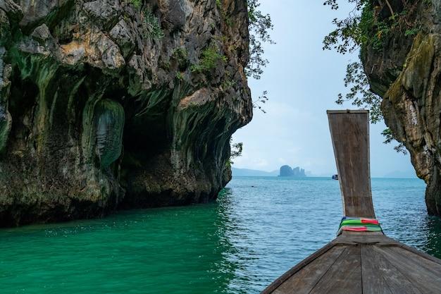 태국 크라비에서 홍콩 섬 통과 롱테일 보트 보기 크라비 지방에서 아름 다운 섬입니다.
