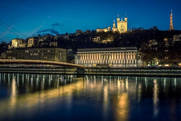 夜のリヨン川とソーヌ川の眺め、フランス。