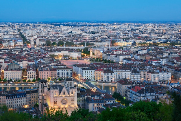 Вид города лион из фурвьер ночью, франция
