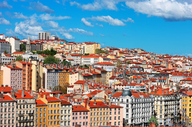 Вид на город лион с голубым небом, франция