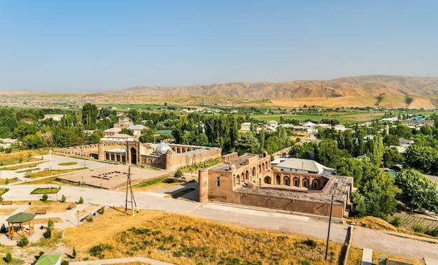 タジキスタンの歴史要塞からのマドラサスクナとナビの眺め