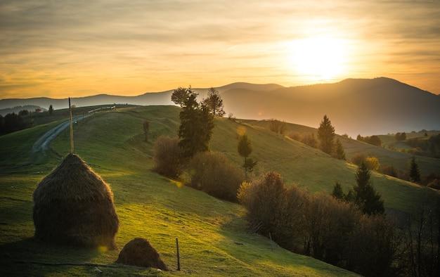 아침 계곡과 산 위에 밝고 화려한 하늘과 웅장한 풍경의 전망.