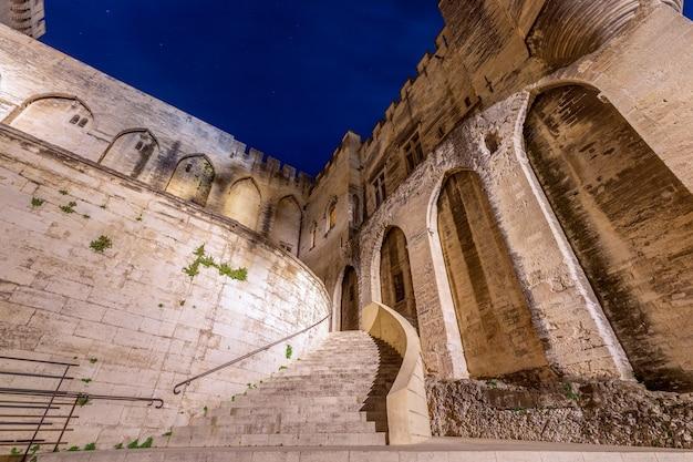 Вид на парадную лестницу папского дворца ночью в городе авиньон.