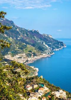 Вид на майори из равелло - побережье амальфи, италия