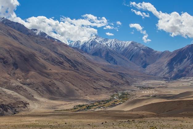 인도 히말라야, 인도 라다크 지역의 푸른 하늘과 흰 구름을 배경으로 하는 장엄한 록키 산맥의 전망. 자연과 여행 개념
