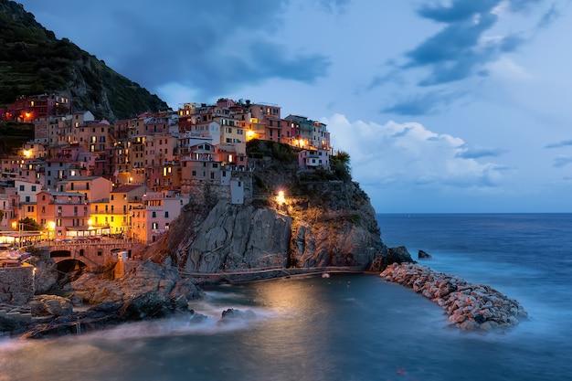 Manarola村の夜、チンクエテッレ、イタリア、ヨーロッパのビュー