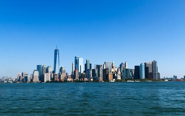 Вид на небоскребы манхэттена со стороны моря