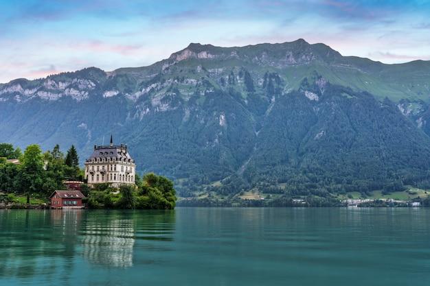 スイスのブリエンツ湖にあるイゼルトヴァルトの村の邸宅の眺め