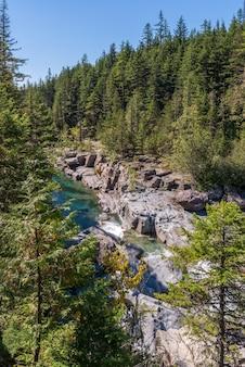 米国モンタナ州グレイシャー国立公園のマクドナルドクリークの眺め