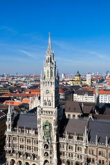 ドイツのミュンヘンの尖塔がある中世の市庁舎の建物の眺め。