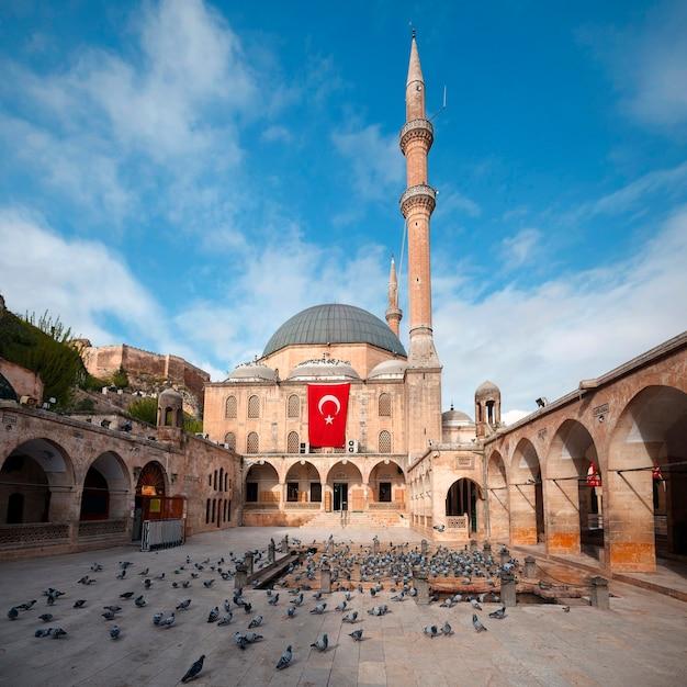 터키 산리우르파(sanliurfa)의 랜드마크 중 하나인 메블리디 할릴 모스크(mevlidi halil mosque)의 전망.