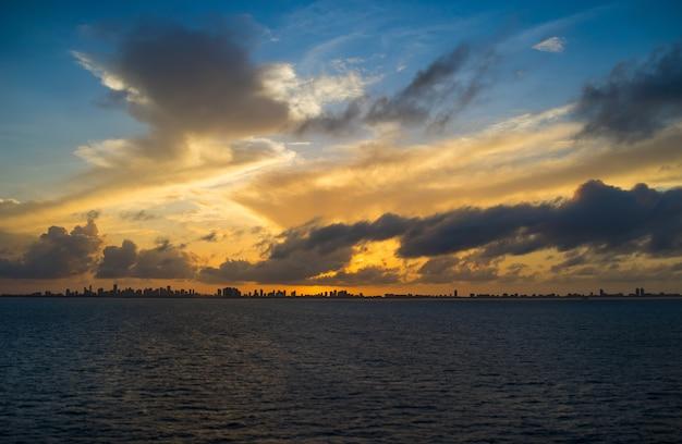 海からの日没時のマイアミの眺め。米国