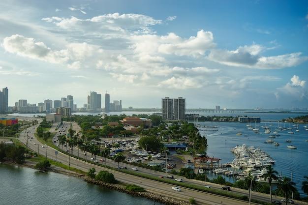鳥の飛行からの朝のマイアミの眺め