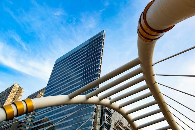 Вид на современные здания в саторн в бангкоке, таиланд. саторн - центральный деловой район тайской столицы.