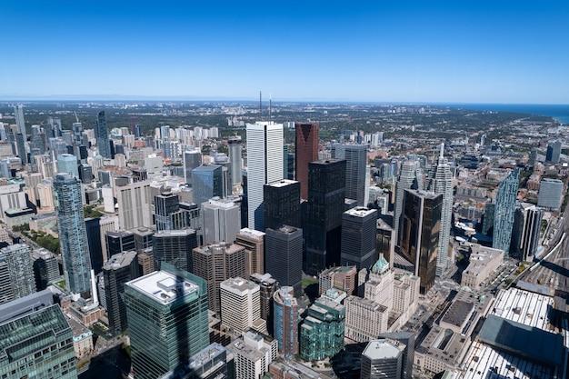 Взгляд современных высотных зданий кондо у озера онтарио, торонто, канада. современная архитектура и концепция инфраструктуры.