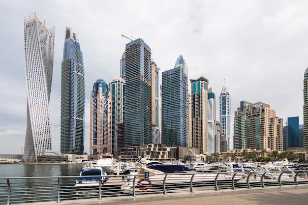 두바이, uae의 두바이 마리나에서 일출 조명에 빛나는 현대적인 고층 빌딩의 전망.