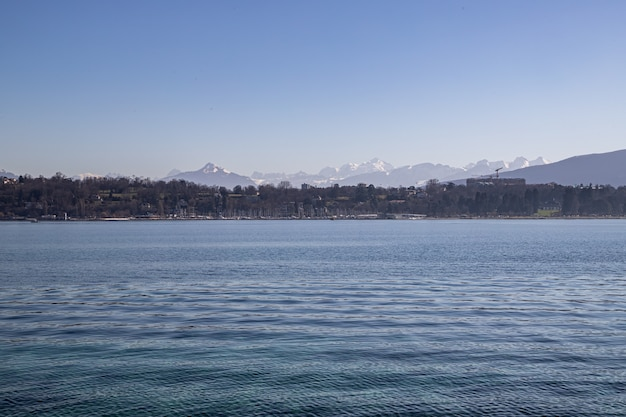 Вид на монблан и альпы на женевском озере, швейцария
