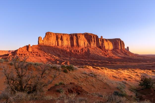 Вид на долину монументов в тайме прекрасного восхода солнца на границе между аризоной и ютой, сша