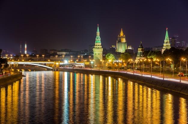 夜のロシアによるモスクワクレムリンの眺め