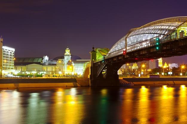 Вид москвы. пешеходный мост богдан хмельницкий