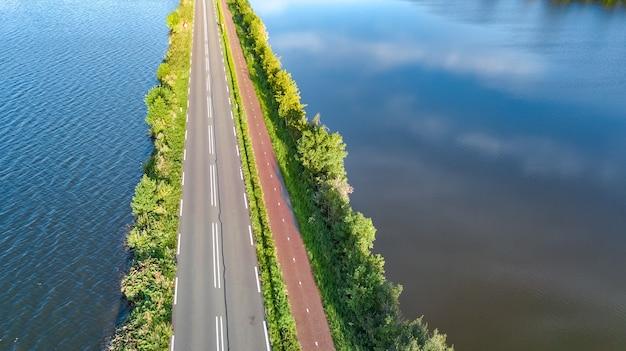 オランダの干拓地ダムの高速道路とサイクリングコースの眺め
