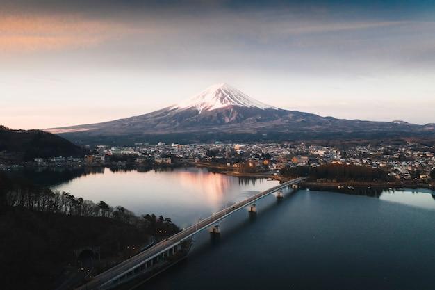 Вид на гору фудзи и озеро кавагути, япония