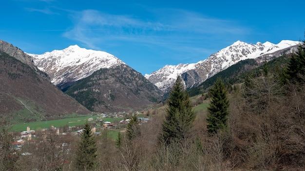 ジョージア州スヴァネティのツァルダシ村からのテトヌルディ山の眺め
