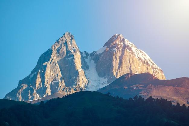 ウシュバ山の眺め。ウシュバは、ジョージア州のスヴァネティ地方にあるコーカサス山脈の最も注目すべき山の1つです。トラベル。