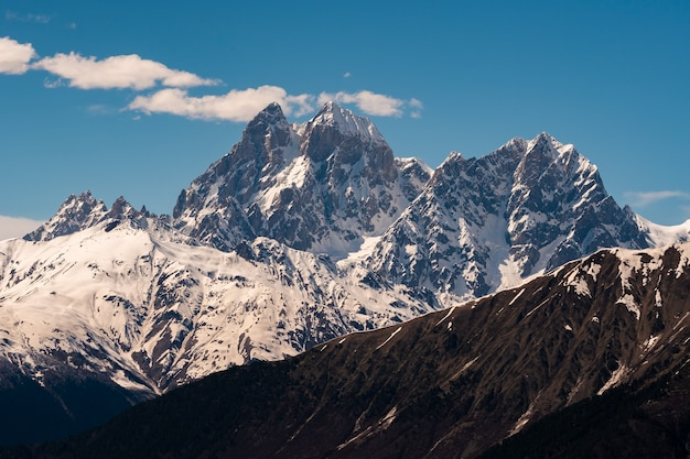 ウシュバ山の眺め。ウシュバは、ジョージア州のスヴァネティ地方にあるコーカサス山脈の最も注目すべき山の1つです。旅行。