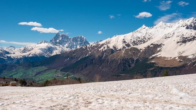ウシュバ山の眺め Premium写真