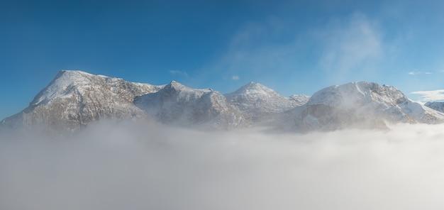구름, 겨울 풍경에 산 봉우리의보기
