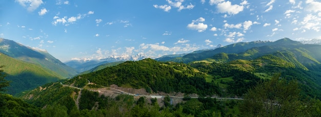 山頂の眺め。山道と雲のある山々